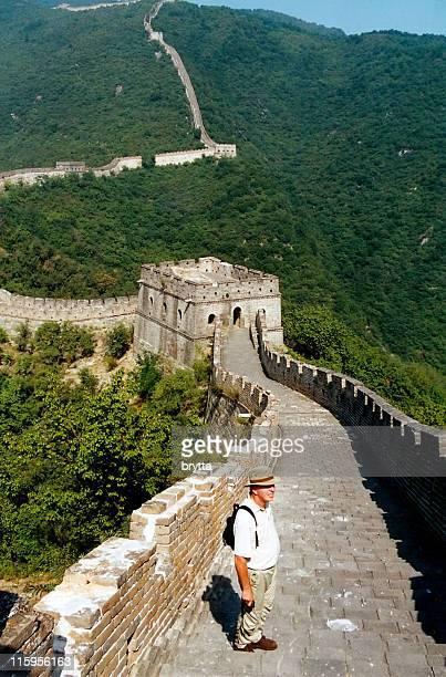 Kaukasier senior tourist auf chinesische Mauer, Peking