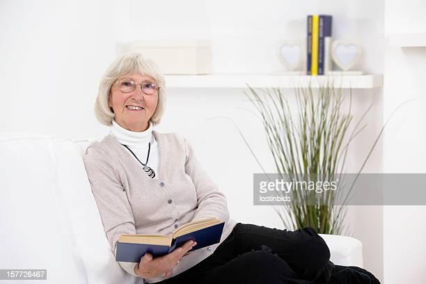 Kaukasier Senior Frau mit Brille lesen ein Buch