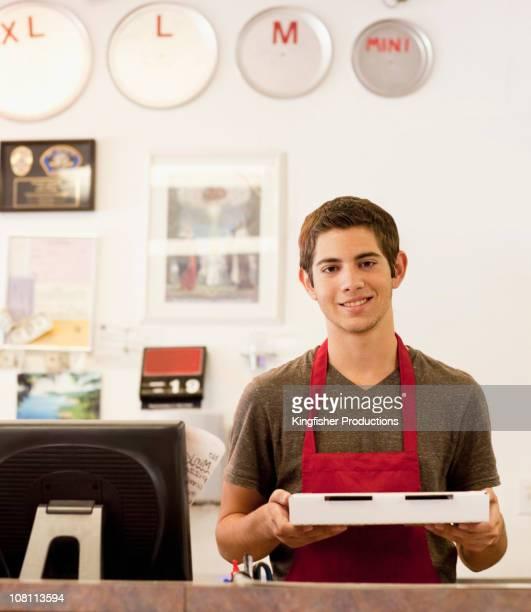 Caucasico adolescente lavoro nel ristorante pizza