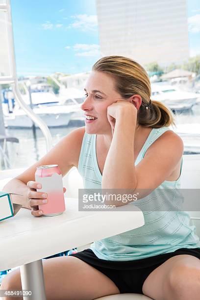 Caucasien femme appréciant canette de soda sur son bateau