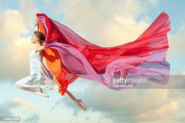 Caucasien femme flottant dans l'air avec des écharpes