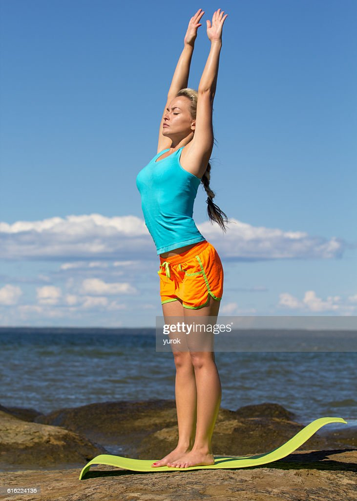 caucasian woman training outside : Stock-Foto