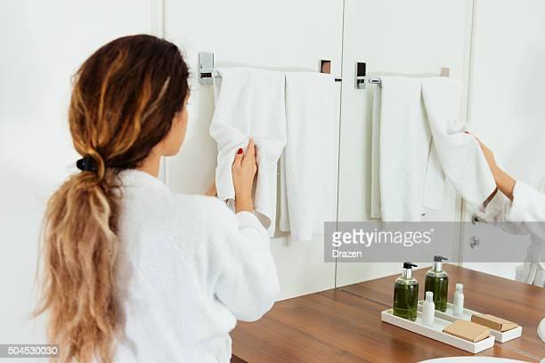 白人女性手を洗うの探究とスキンケアのソープ