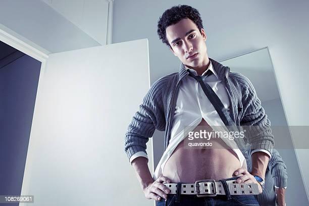 Kaukasier junger Mann Model Blick nach unten zeigen, Copyspace, Bauchmuskeln