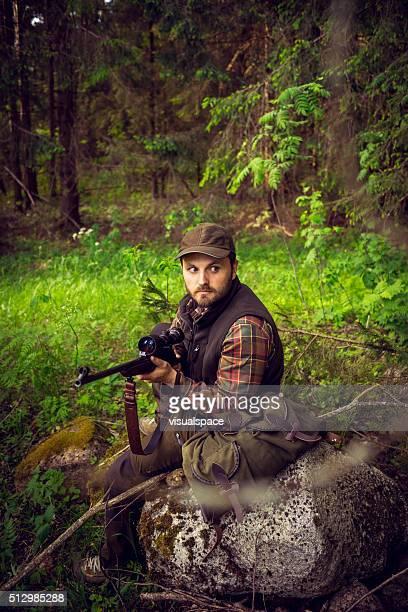 Cauteloso Caçador sentado em Forrest