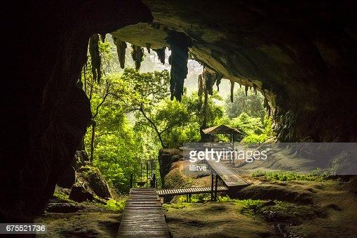 洞窟の入り口でニア国立公園マレ...