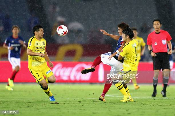 Cayman Togashi of Yokohama FMarinos controls the ball under pressure of Hidekazu Otani and Yuta Nakayama of Kashiwa Reysol during the JLeague J1...