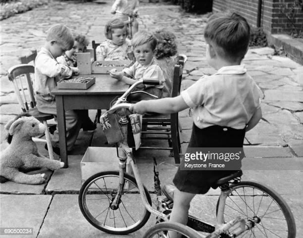 Ce petit garçon a décidé d'arrêter de travailler et grimpe sur son vélo au RoyaumeUni