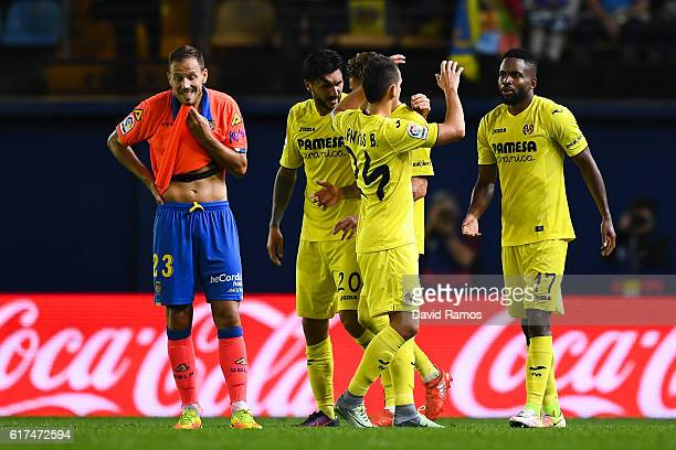 Cedric Bakambu of Villarreal CF celebrates with his team mates past Dani Castellano of UD Las Palmas after scoring his team's second goal during the...