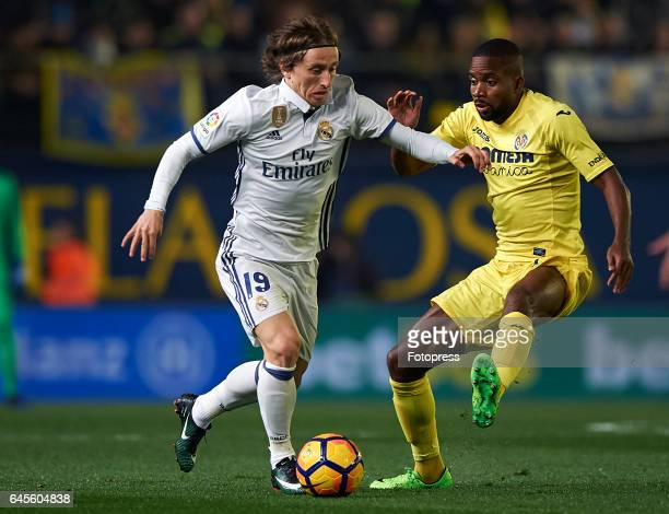 Cedric Bakambu of Villarreal competes for the ball with Luka Modric of Real Madrid during the La Liga match between Villarreal CF and Real Madrid at...