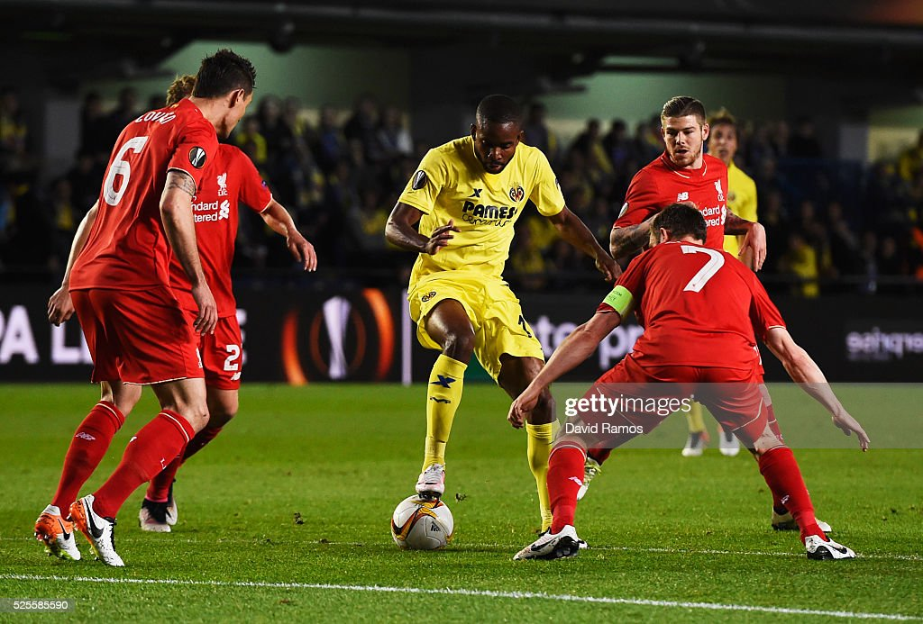 <a gi-track='captionPersonalityLinkClicked' href=/galleries/search?phrase=Cedric+Bakambu&family=editorial&specificpeople=7119714 ng-click='$event.stopPropagation()'>Cedric Bakambu</a> of Villarreal is watched by the Liverpool defence during the UEFA Europa League semi final first leg match between Villarreal CF and Liverpool at Estadio El Madrigal on April 28, 2016 in Villarreal, Spain.