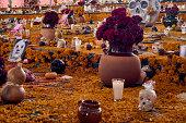 Celebración del día de muertos en México, con sus altares y ofrendas