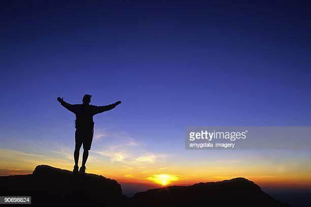 Feiern Sie den Sonnenaufgang Himmel (Mann silhouette mit Armen verteilt Breite).