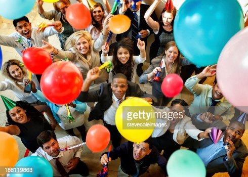 Célébration avec des ballons, de chapeaux et Horns
