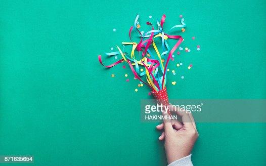 Celebración, fiesta concepts.hand celebración de colorido confeti, serpentinas. : Foto de stock