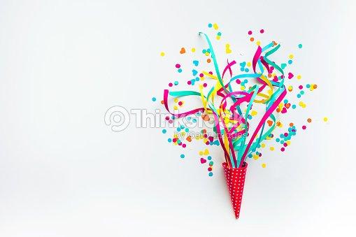 Celebración, fiesta con confeti de colores, serpentinas en blanco. : Foto de stock