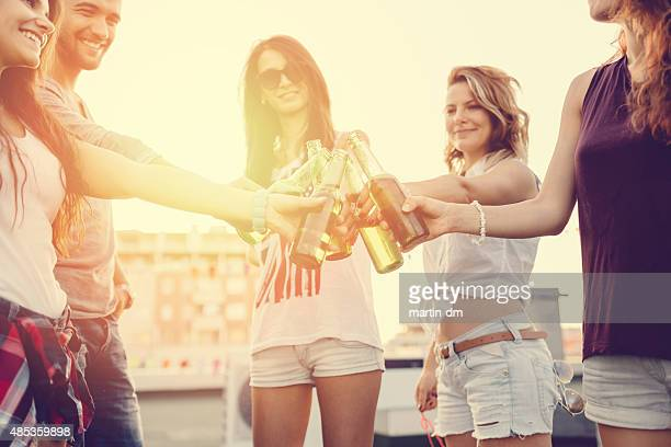 Feierliche toast auf dem Dach für eine Geburtstagsfeier