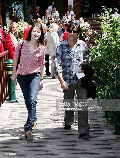 Celebrities At 2009 Roland Garros Tournament In Paris France On June 05 2009 Charlotte Gainsbourg and Yvan Attal