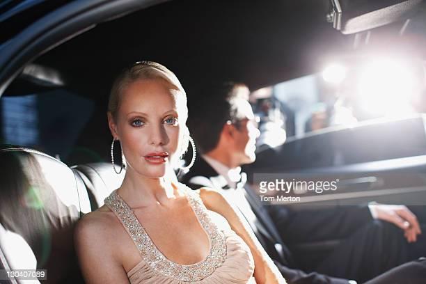 Célébrités posant pour paparazzi dans backseat de voiture