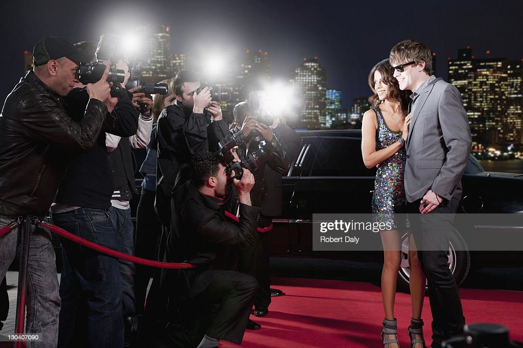 Celebrities posing for paparazzi on red carpet : Stockfoto