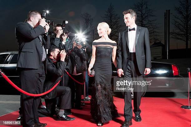 Prominente posieren für die paparazzi auf dem roten Teppich