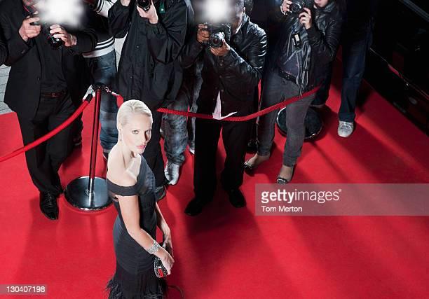 Celebrity posieren für die paparazzi auf dem roten Teppich