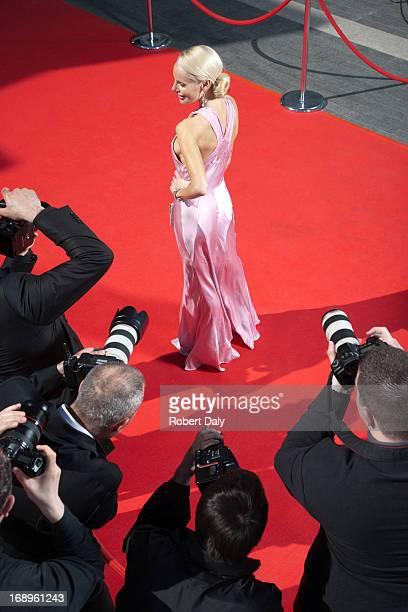 Celebrity posant pour les paparazzi sur le tapis rouge