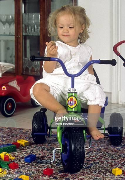 Celine Tochter von Schlagersängerin Michelle Homestory Haag Bayern Deutschland Europa Kleinkind Baby Kind Dreirad Spielzeug JP