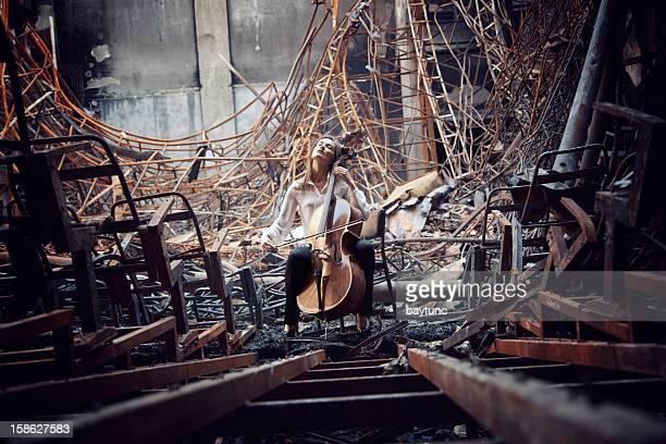 ミュージシャンが奏でるチェロ