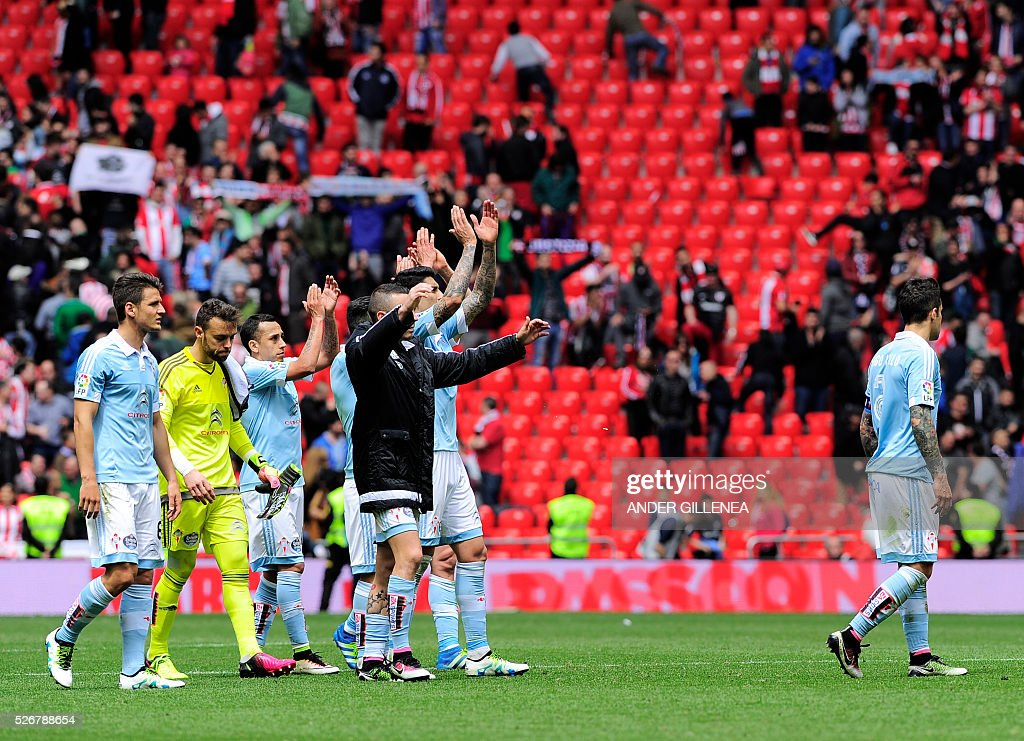 Celta Vigo players thanks their supporters after being defeated by Athletic at the end of the Spanish league football match Athletic Club vs RC Celta de Vigo at the San Mames stadium in Bilbao on May 1, 2016. Athletic won the match 2-1. / AFP / ANDER