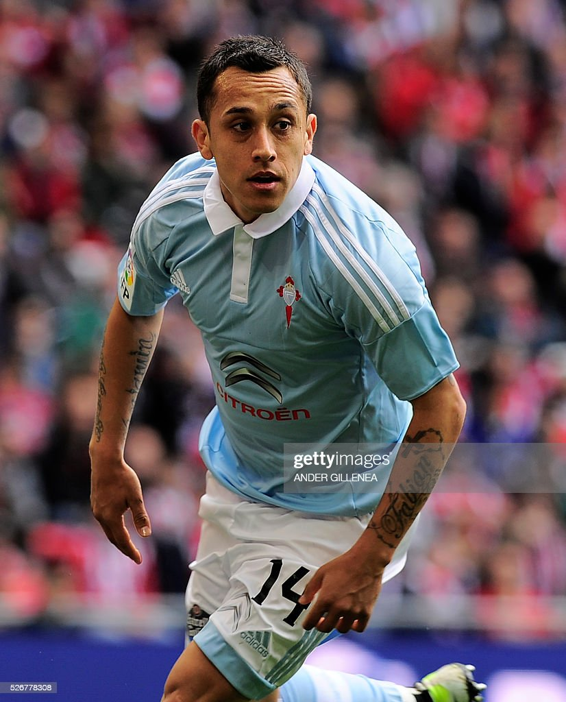 Celta Vigo's Chilean forward Fabian Orellana celebrates after scoring during the Spanish league football match Athletic Club de Bilbao vs RC Celta de Vigo at the San Mames stadium in Bilbao on May 1, 2016. / AFP / ANDER