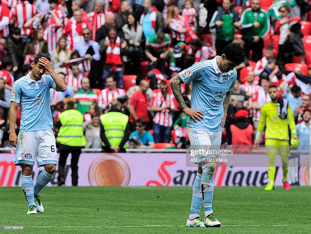 Celta Vigo's Chilean midfielder Pablo Hernandez (R) and Serbian midfielder Nemanja Radoja react after being defeated at the end of the Spanish league football match Athletic Club vs RC Celta de Vigo at the San Mames stadium in Bilbao on May 1, 2016. Athletic won the match 2-1. / AFP / ANDER
