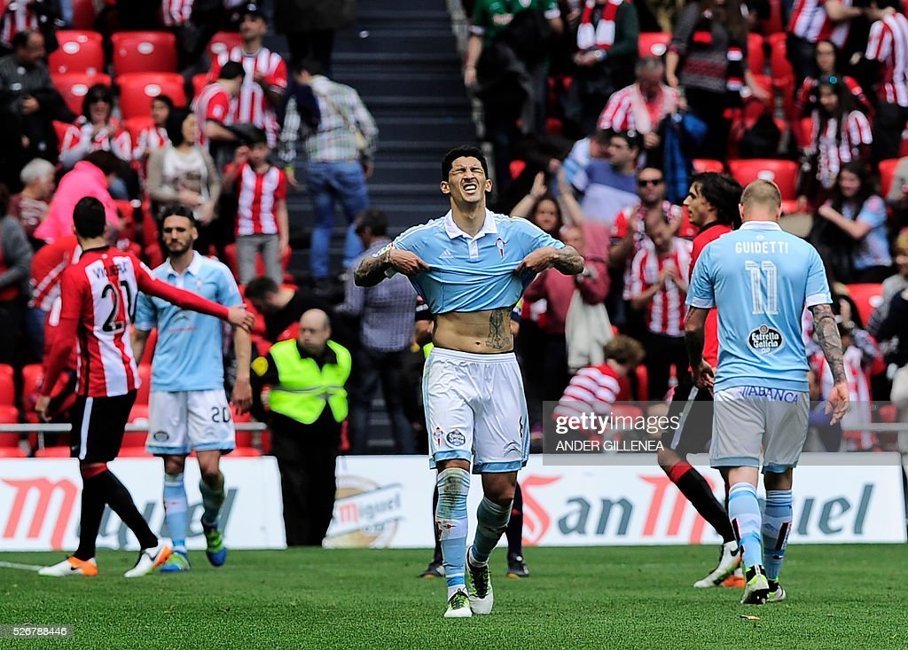 Celta Vigo's Chilean midfielder Pablo Hernandez (C) gestures at the end of the Spanish league football match Athletic Club vs RC Celta de Vigo at the San Mames stadium in Bilbao on May 1, 2016. Athletic won the match 2-1. / AFP / ANDER