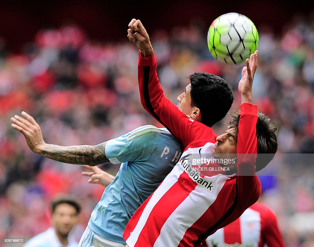 Celta Vigo's Chilean midfielder Pablo Hernandez (L) vies with Athletic Bilbao's midfielder Ander Iturraspe during the Spanish league football match Athletic Club vs RC Celta de Vigo at the San Mames stadium in Bilbao on May 1, 2016. Athletic won the match 2-1. / AFP / ANDER