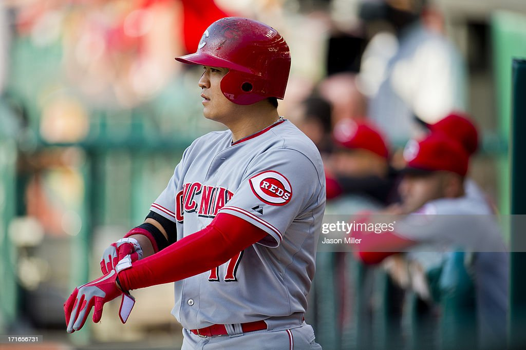 Center fielder <a gi-track='captionPersonalityLinkClicked' href=/galleries/search?phrase=Shin-Soo+Choo&family=editorial&specificpeople=196543 ng-click='$event.stopPropagation()'>Shin-Soo Choo</a> #17 of the Cincinnati Reds prepares prior to the game against the Cleveland Indians at Progressive Field on May 30, 2013 in Cleveland, Ohio.