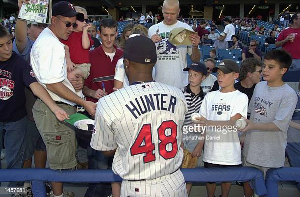 Center fielder Torii Hunter of the Minnesota Twins signs autographs before the MLB game against the Chicago White Sox on September 21 2002 at...