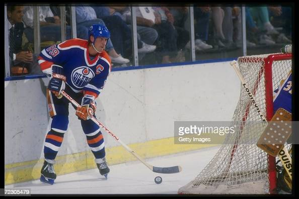 Center Wayne Gretzky of the Edmonton Oilers waits behind the net with the puck during an NHL game against the Los Angeles Kings circa 1987 at the...