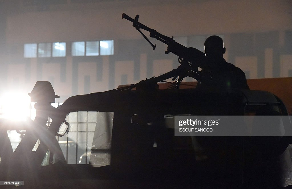 Central African Republic police forces stand guard ouside the tv station as conutry's second round presidential candidate Anicet Georges Dologuele and Faustin Archange Touadera during a presidential campaign television debat in Bangui on February 12, 2016, ahead of the Febuary 14 presidential and legislatives elections. / AFP / ISSOUF SANOGO