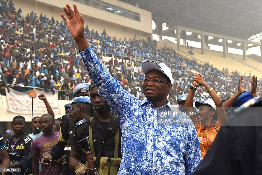 Central African Republic second round presidential candidate Anicet Georges Dologuele wave to supporters during a presidential campaign at the Bangui stadium on February 12, 2016, ahead of the Febuary 14 presidential and legislatives elections. / AFP / ISSOUF SANOGO