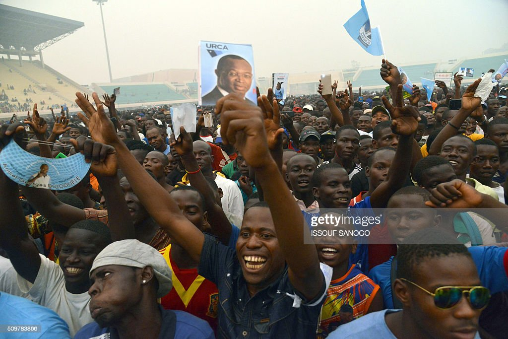 Central African Republic second round presidential candidate Anicet Georges Dologuele speaks to supporters during a presidential campaign at the Bangui stadium on February 12, 2016, ahead of the Febuary 14 presidential and legislatives elections. / AFP / ISSOUF SANOGO