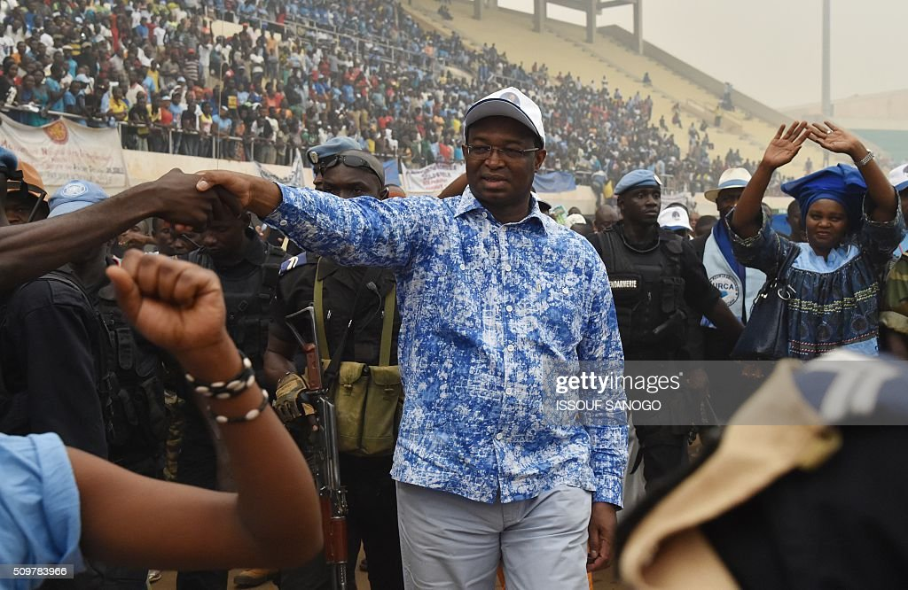 Central African Republic second round presidential candidate Anicet Georges Dologuele his greets by supporters during a presidential campaign at the Bangui stadium on February 12, 2016, ahead of the Febuary 14 presidential and legislatives elections. / AFP / ISSOUF SANOGO