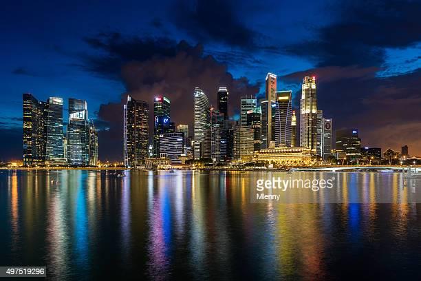 Central Business District in Singapur bei Dämmerung