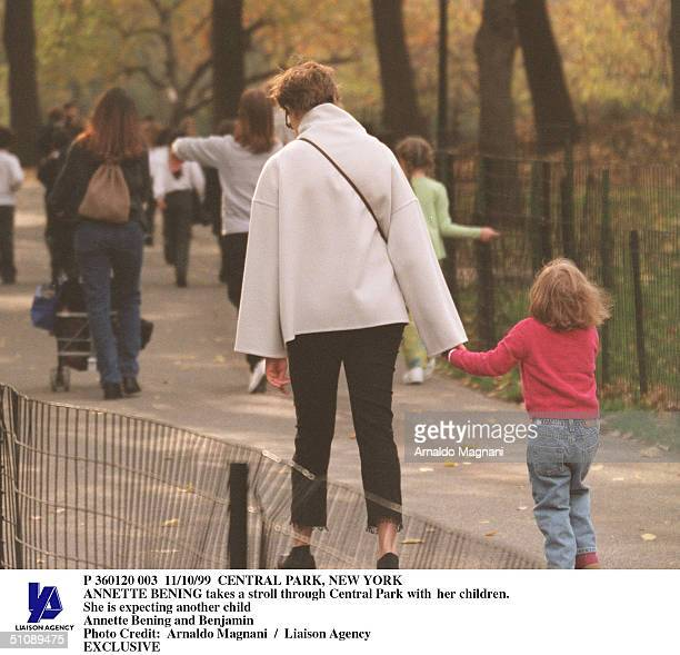 Central Park New York Annette Bening Takes A Stroll Through Central Park With Her Children She Is Expecting Another Child Annette Bening And Benjamin