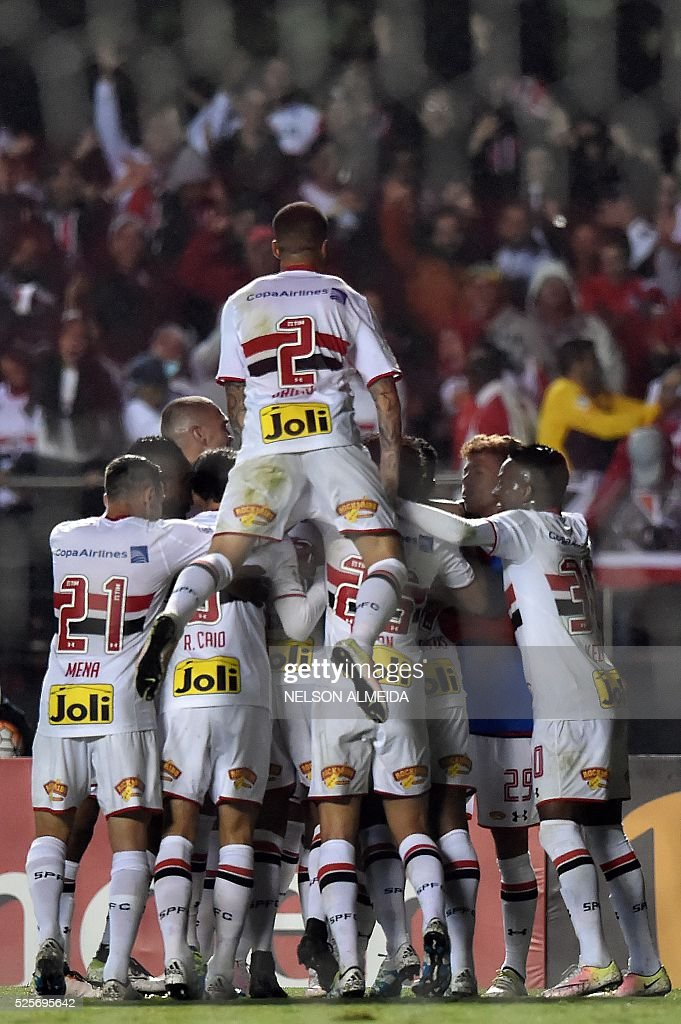Centurion (unseen) of Brazils Sao Paulo celebrates his goal with teammates, scored against Mexico's Toluca during their 2016 Copa Libertadores football match held at Morumbi stadium, in Sao Paulo, Brazil, on April 28, 2016. / AFP / NELSON