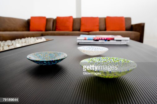 Ceramic bowls and magazines on a table : Foto de stock