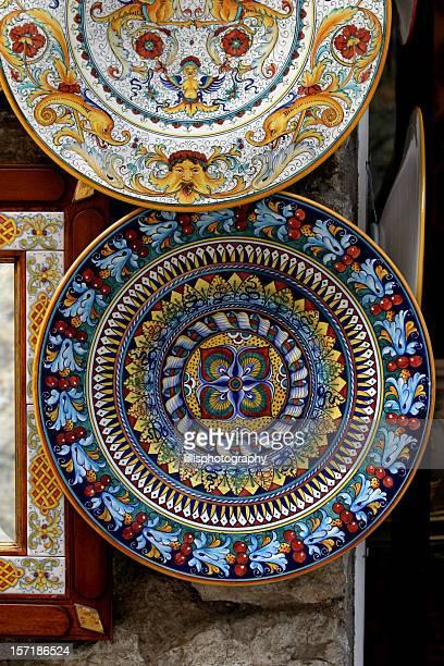 Des assiettes en céramique peint à la main en Italie