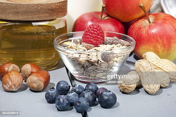 Cerealien mit Fruechten Honig und Nuessen |Cereal with fruit honey and nuts|
