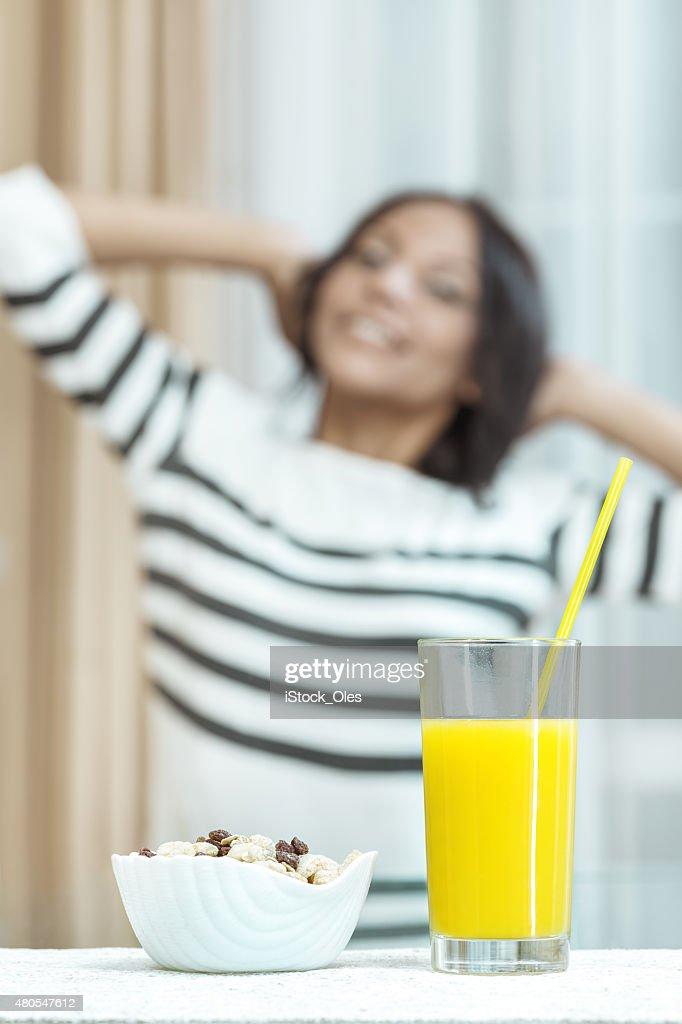 Müsli und Säfte für ein reichhaltiges Frühstück. : Stock-Foto