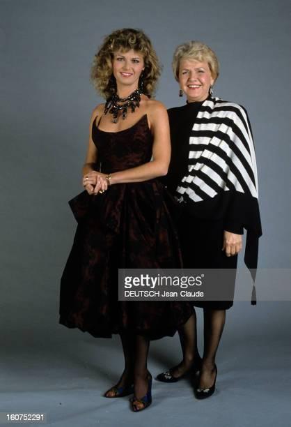 Ceremony Of 7 D'or 1987 Paris octobre 1987 Photographies prises en studio à l'occasion de la remise des 7 d'Or au Lido Jane MANSON et une personne...