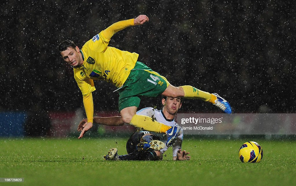 Cesar Ezpilicueta of Chelsea battles with Wes Hoolahan of Norwich City during the Barclays Premier League match between Norwich City and Chelsea at Carrow Road on December 26, 2012 in Norwich, England.